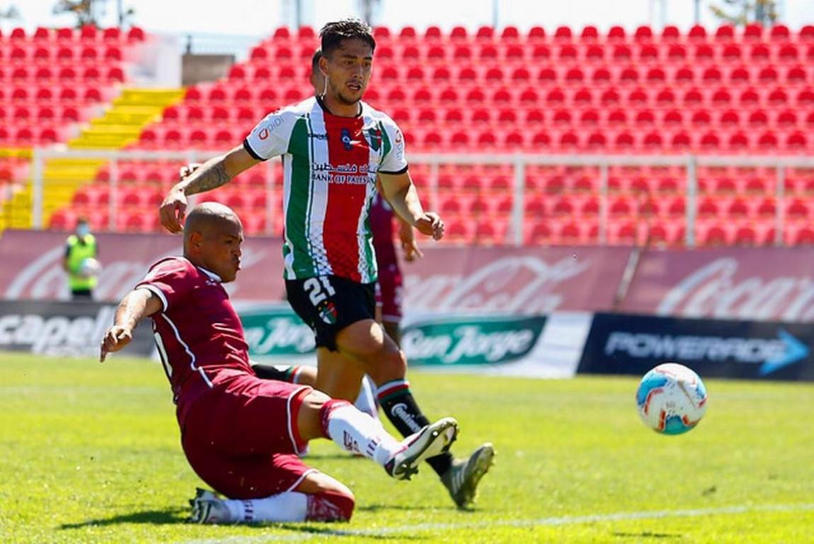 Humberto Suazo vistiendo la camiseta granate hace historia con su doblete ante Palestino